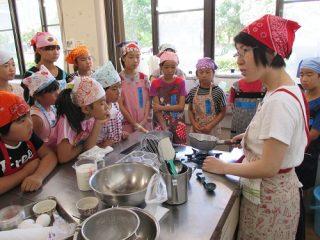 「夏の教室 子どもお菓子づくり教室」の様子