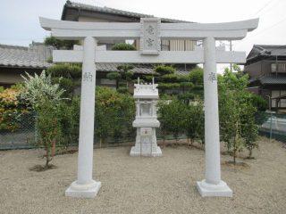 開栄町公園の竜宮神社祠周りに生垣を植栽